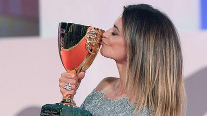 Penélope Cruz besa la Copa Volpi el pasado 11 de septiembre en Venecia.