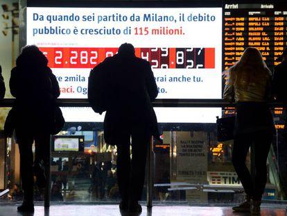 Pantalla con el reloj de la deuda, en la estación Termini de Roma, el 15 de febrero.