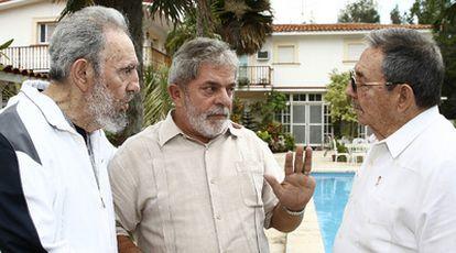 El presidente de Brasil, Luiz Inácio Lula da Silva, entre Fidel y Raúl Castro.