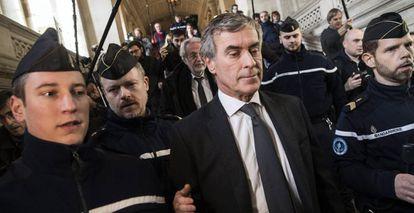El exministro de Hacienda francés, Jerome Cahuzac, (c) sale del tribunal de justicia en París.