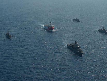 El barco de exploración sísmica 'Oruç Reis', escoltado por buques de la Armada turca, tras partir del puerto de Antalya el 10 de agosto de 2020.