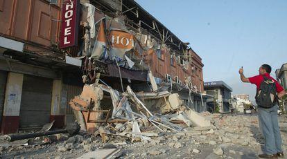 Santiago, Talca, Vaparaíso y Concepción son las ciudades más afectadas. En las imagen, edificio destruído por el deísmo en Talca
