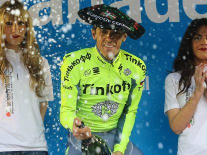 Contador, en la sexta etapa de la Itzulia de 2016, con azafatas a su lado.