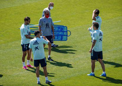 El entrenador de la selección española, Luis Enrique (con mascarilla roja), durante el entrenamiento del equipo en la Ciudad del Fútbol de Las Rozas, Madrid, este martes.