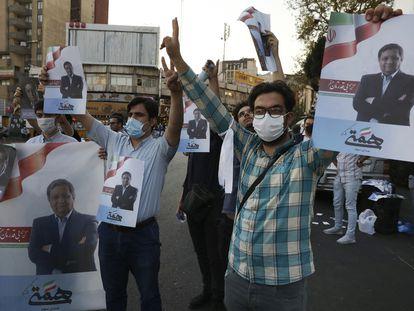 Seguidores del candidato presidencial Abdolnaser Hemmatí, en una manifestación de apoyo, el martes en Teherán.