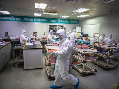 Empleados de una empresa china que fabrica tests diagnósticos para el coronavirus.