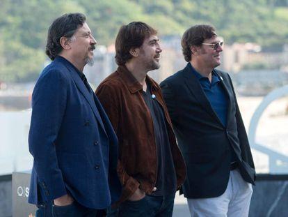 Desde la izquierda, Carlos y Javier Bardem y Álvaro Longoria, este jueves, en San Sebastián.
