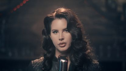 La cantante estadounidense Lana del Rey actúa en el programa 'The Tonight Show' en diciembre de 2020.