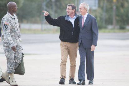 El ministro de Defensa, Pedro Morenés, a la derecha, con su homólogo estadounidense,Asthon Carter, en la base de Morón en octubre de 2015.