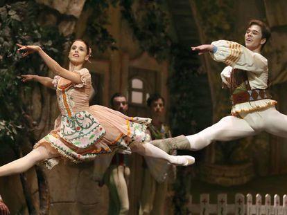 Una escena de 'Coppélia' por el Ballet Bacional de Sodre de Uruguay, dirigida por Julio Bocca.