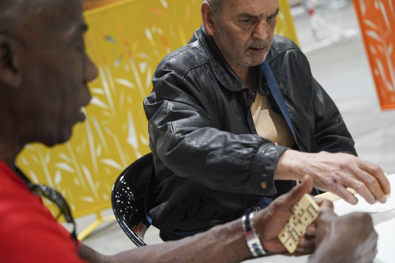 Jesús (derecha) y Heliodoro juegan al dominó en el albergue de Ifema este miércoles