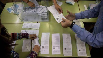 Recuento de votos en un colegio electoral de Santiago de Compostela (A Coruña) en la jornada electoral de unas autonómicas gallegas.