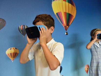 Unos alumnos de Primaria prueban unos visores de realidad virtual.