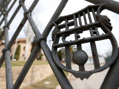 El escudo del FC Barcelona preside las puertas de la vieja residencia de jugadores de La Masia.