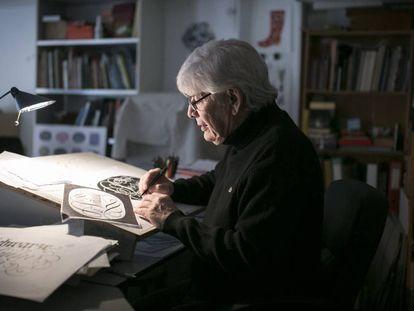 El diseñador gráfico Ricardo Rousselot en el estudio de su casa.