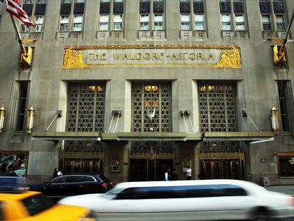 Entrada principal al Waldorf-Astoria de Park Avenue, donde se mudó tras vender su sede original en la Quinta Avenida de Nueva York. Abrió sus puertas en 1931 en un majestuoso edificio art déco de nueva construcción.  