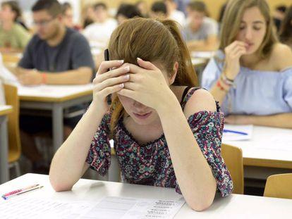 Estudiantes valencianos en las pruebas de selectivo que se han iniciado hoy.