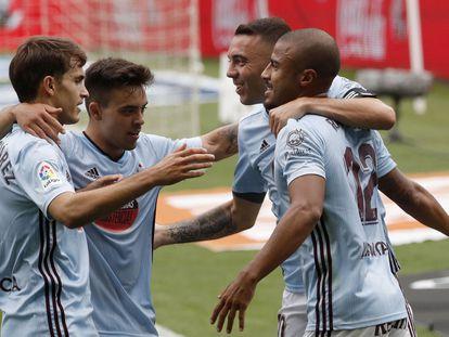 De izquierda a derecha, los jugadores del Celta Denis Suárez, Fran Beltrán, Iago Aspas y Rafinha celebran un gol este domingo ante el Alavés en Balaídos.