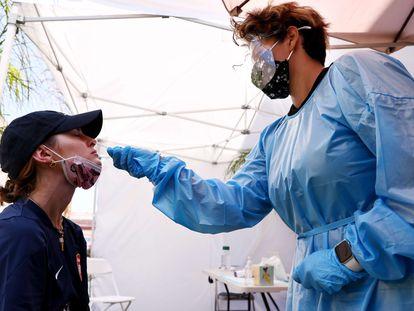 Una asistente sanitaria realiza una prueba para detectar la covid-19 en Los Ángeles este miércoles.