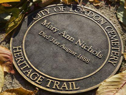Placa en memoria de Mary Ann, 'Polly', Nichols, primera víctima oficial de Jack el Destripador en el cementerio de Newham, Londres.
