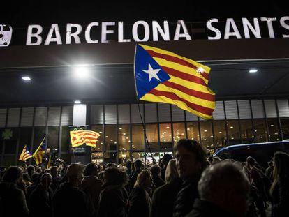 Protestas durante la noche del 8 en la estación de Sants de Barcelona.