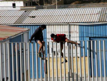 Dos menores se fugan este sábado de las naves del Tarajal para evitar ser devueltos a Marruecos.