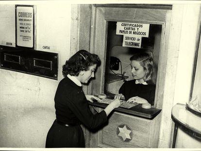 Imagen de una Oficina Postal y Telegráfica en unos grandes almacenes de Madrid en 1960.