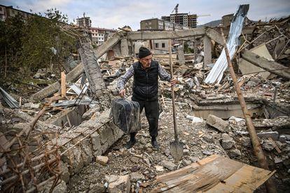 Un hombre busca sus pertenencias entre los restos de la que era su casa en Stepanakert, en el Alto Karabaj, este sábado.