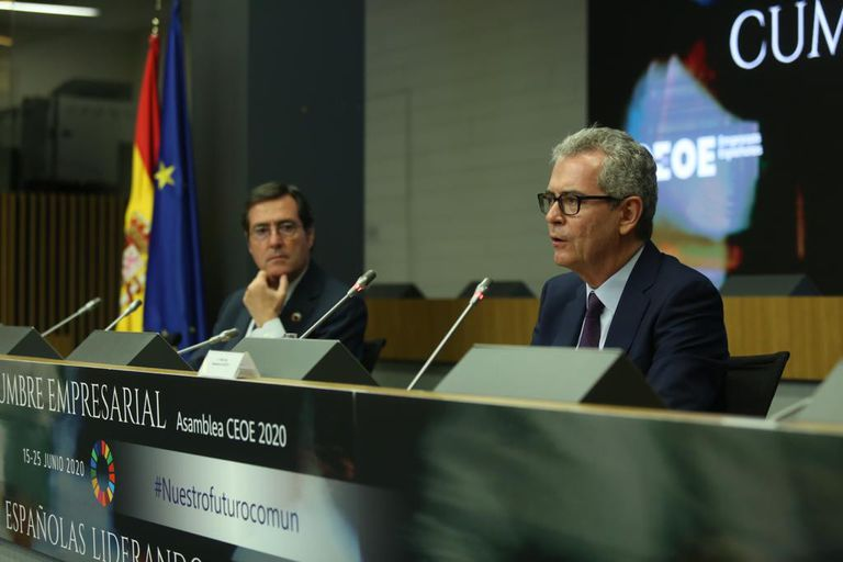 A la izquierda, el presidente de CEOE, Antonio Garamendi, con el presidente de Inditex, Pablo Isla.