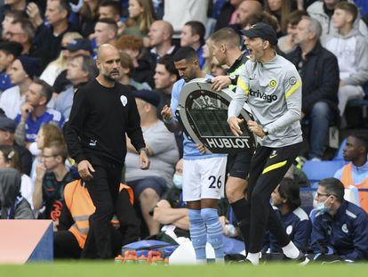 Thomas Tuchel (D) y Pep Guardiola, en el césped de Stamford Bridge este sábado.