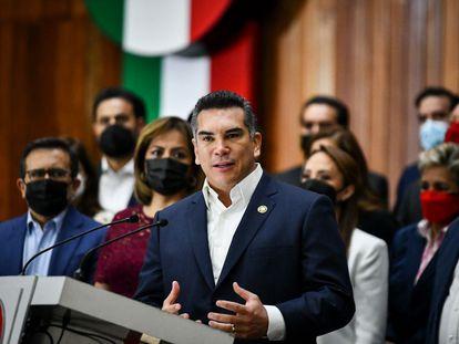 Rubén Moreira y representantes del PRI durante una conferencia de prensa en la Cámara de Diputados.