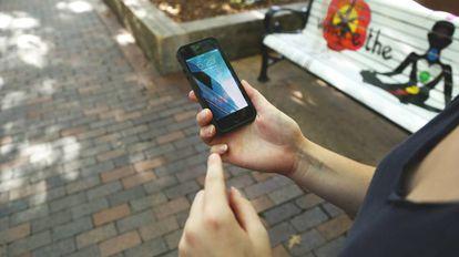 Una mujer utiliza un teléfono móvil.