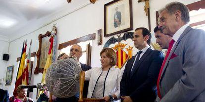 El presidente de los pescadores de El Palmar, a la derecha, observa a Bonig en el sorteo de redolins.