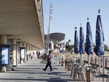 Trabajadores de un restaurante en la playa de la Barceloneta, en octubre.