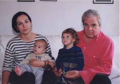 Juan Marsé with his daughter, Berta, and his grandchildren in 2000, in Barcelona.
