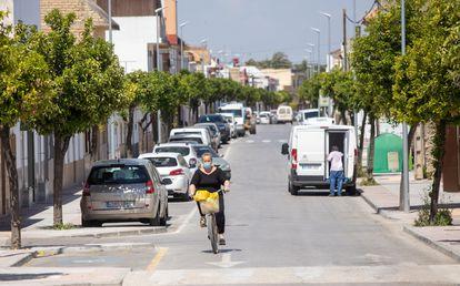 La avenida de Cádiz, en la localidad sevillana de El Cuervo, es una de las calles que pertenecen a la provincia de Cádiz , concretamente a Jerez de la Frontera.