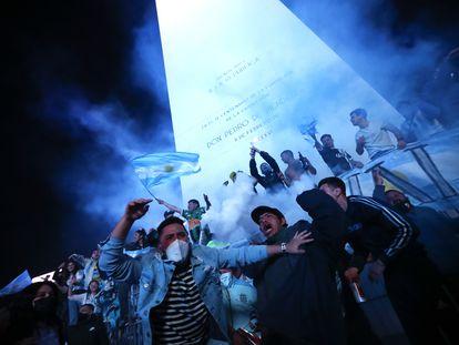 Aficionados de Argentina celebran en el Obelisco el triunfo de su selección contra Brasil.