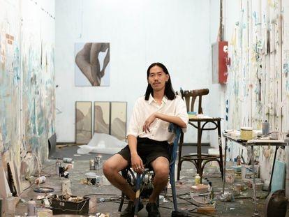 El artista An Wei posa en su taller.