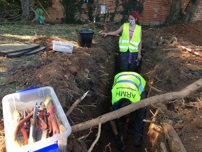 Voluntarios de la ARMH trabajan en la fosa de 'la chabola', en Grado (Asturias).