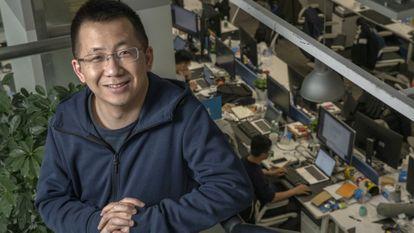 Zhang Yiming, fundador de ByteDance, donde posa en su sede en Pekín en 2019.