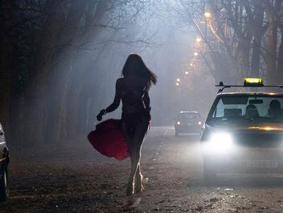 Una de las apariciones de La Veneno en la serie, en el falso Parque del Oeste.
