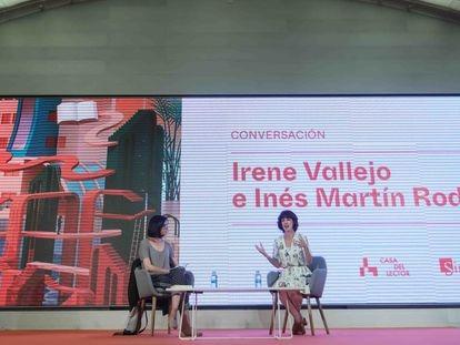 Conversación literaria en Matadero Madrid de la escritora Irene Vallejo y la periodista Inés Martín.