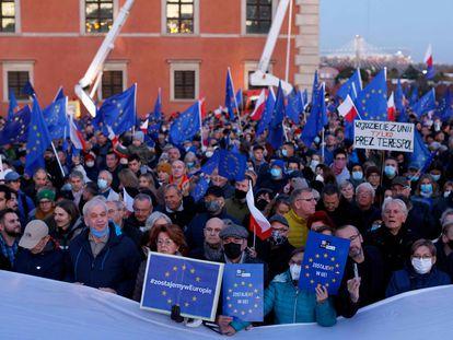 Manifestantes proeuropeos en la plaza del Castillo de Varsovia este domingo 10 de octubre.