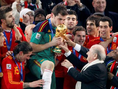 FILE PHOTO: FIFA President Sepp Blatter (2nd R) and South African President Jacob Zuma (R) hand the World Cup trophy to Spain's team captain Iker Casillas (C) during the award ceremony at Soccer City stadium in Johannesburg July 11, 2010.         REUTERS/Michael Kooren/File Photo