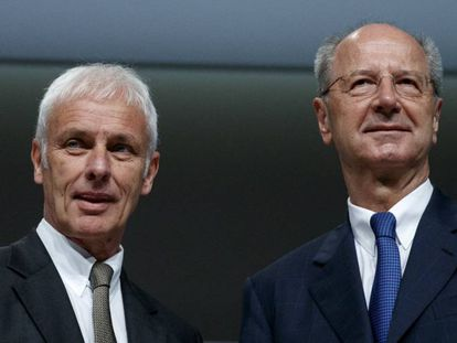 Matthias Müller, presidente de Volkswagen, y Han Dieter Pötsch, de su junta directiva, el pasado mes de marzo en Hannover (Alemania)