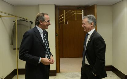 Alfonso Alonso, presidente del PP vasco, conversa con el lehendakari Urkullu en los pasillos del Parlamento.