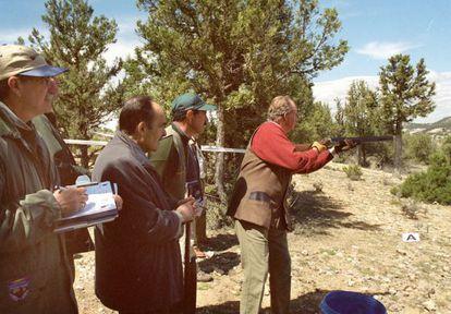 El Rey Juan Carlos practica la modalidad federativa de tiro deportivo de Recorridos de Caza, en Soria en 2001.