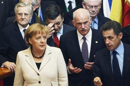 Merkel junto al primer ministro griego, Papandreu, en el centro, y Sarkozy, tras la reunión ayer en Bruselas del Consejo Europeo. Detrás, de izquierda a derecha, el presidente del BCE, Trichet, el presidente de la Comisión, Durão Barroso, y el presidente del Consejo, Van Rompuy.
