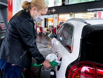Una mujer reposta en una gasolinera de Madrid, el pasado junio.