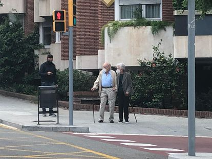 Jordi Pujol y su esposa, Marta Ferrusola, pasean cerca de su casa.